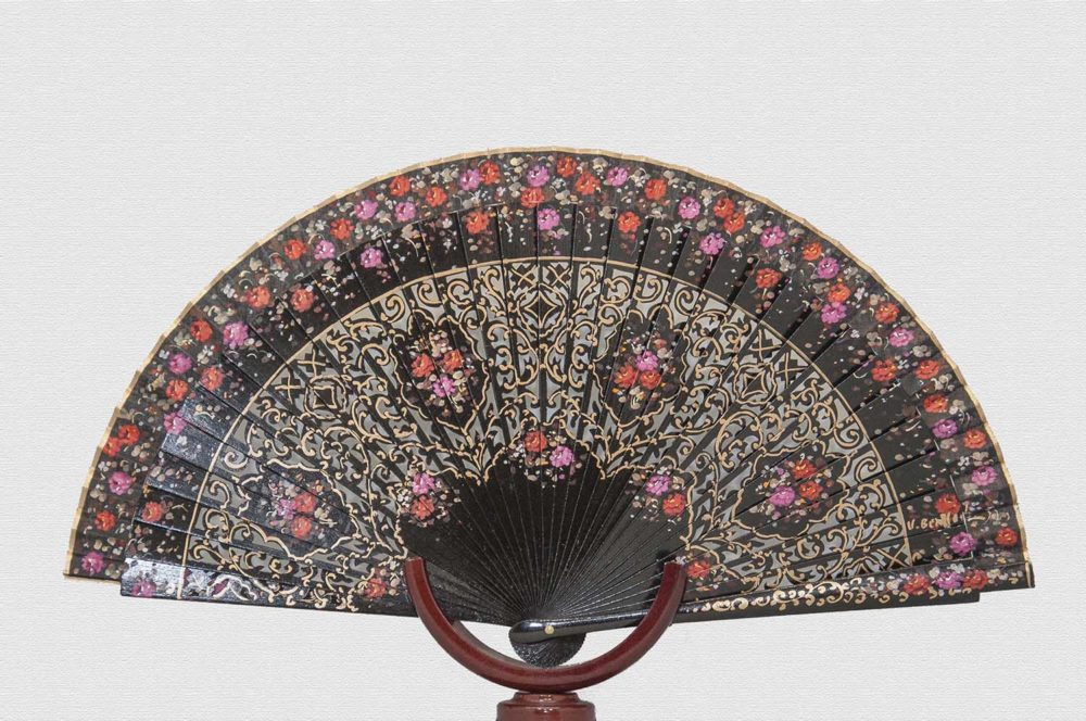 Lacquered wooden fan in black